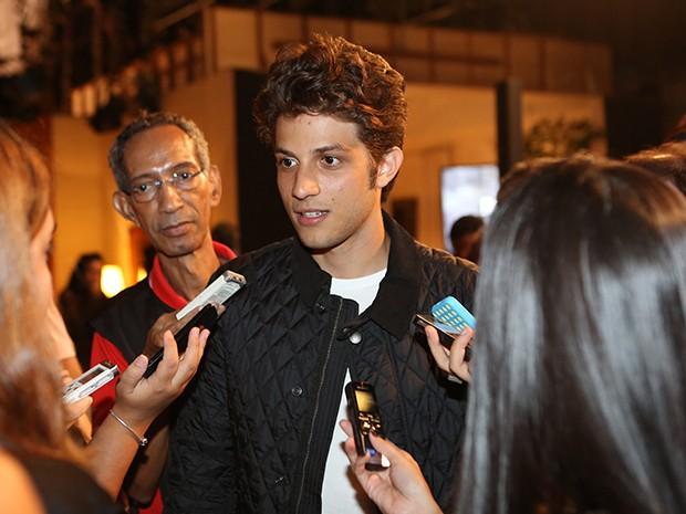 Chay Suede é rodeado pela imprensa (Foto: Carol Caminha / Gshow)