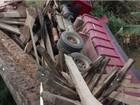 Ponte cede e caminhão tomba em Venda Nova do Imigrante, ES