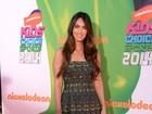 Megan Fox escolhe vestido curtinho para ir a premiação