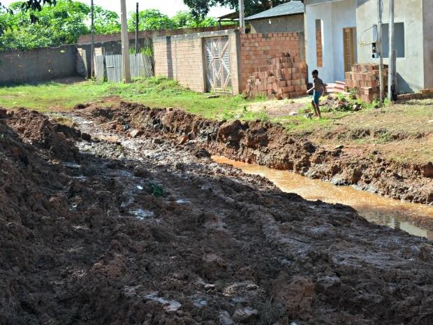 Caerd afirma que obra de drenagem não foi avisada ou autorizada a empresa (Foto: Hosana Morais/G1)