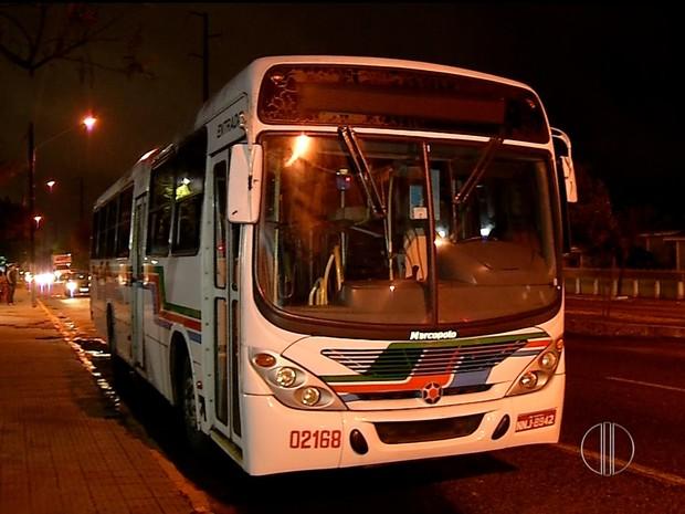 Ônibus da linha 44 foi assaltado na noite deste domingo (28) no Alecrim, em Natal (Foto: Reprodução/Inter TV Cabugi)