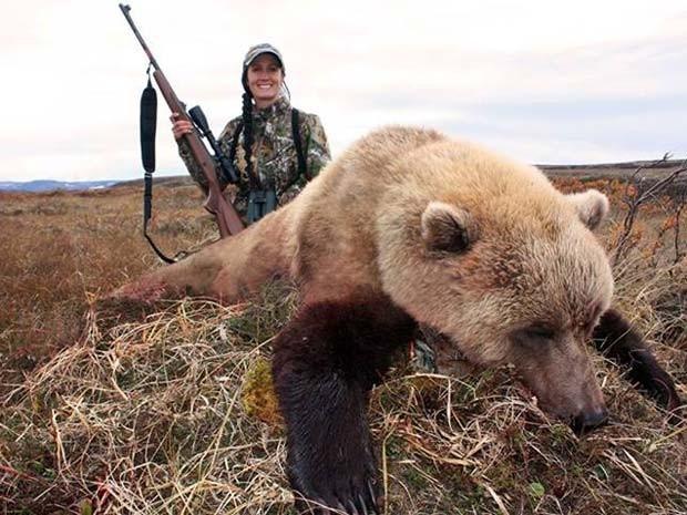 """""""Meu primeiro urso do Alaska"""", diz Melissa na legenda desta imagem (Foto:  Reprodução/Facebook/Melissa Bachman)"""