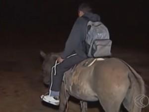 Garoto anda quase duas horas de mula e mais dois quilômetros a pé (Foto: Reprodução/TV Integração)