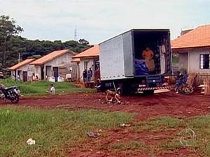 Antes, famílias haviam invadido casas populares pertencentes à Prefeitura. (Foto: RPC TV Maringá/Reprodução)