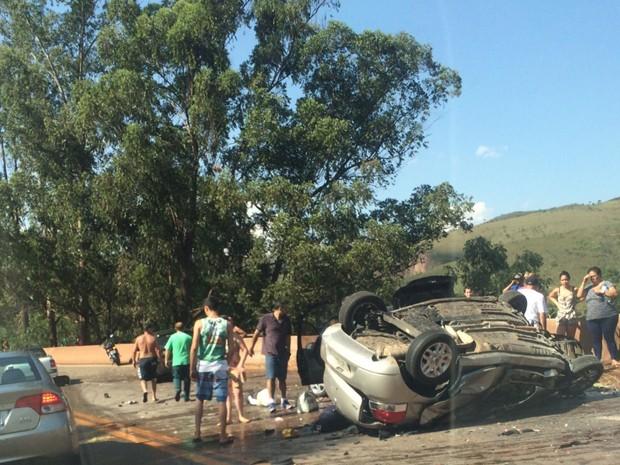 Segundo a PRF, 3 carros e um caminhão de melância se envolveram no acidente, na BR-040 (Foto: João Paulo Moraes/TV Globo)