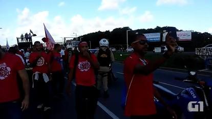 Grupo faz protesto em Lauro de Freitas
