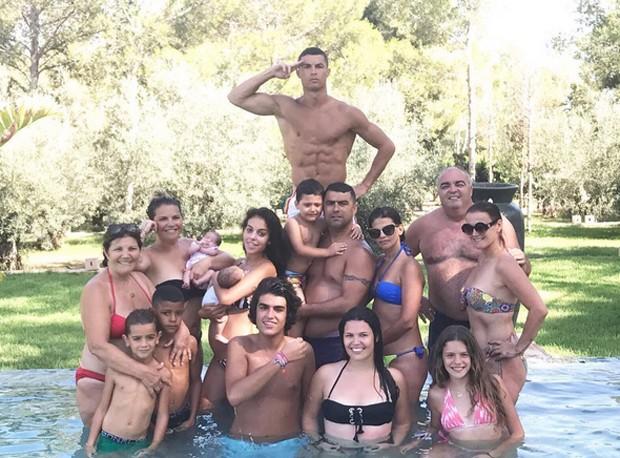 Cristiano Ronaldo e família (Foto: Reprodução / Instagram)