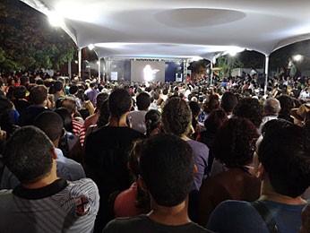 Público acompanha no telão externo o recital de Maria Bethânia (Foto: Luna Markman / G1)