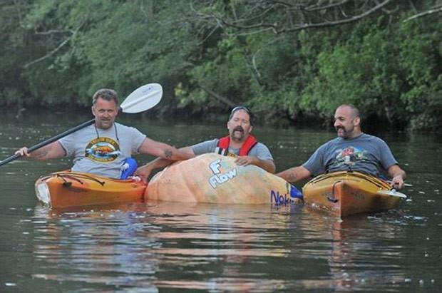 Todd Sandstrum, de 42 anos, navegou 5,6 km em barco feito com abóbora (Foto: Reprodução/Facebook/South Shore Great Pumpkin Challenge)