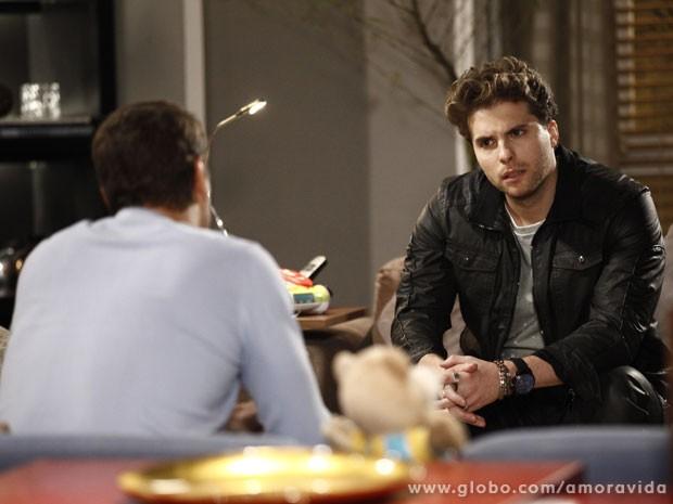 Niko fica espantado com a cara de pau de Eron (Foto: Inácio Moraes / TV Globo)