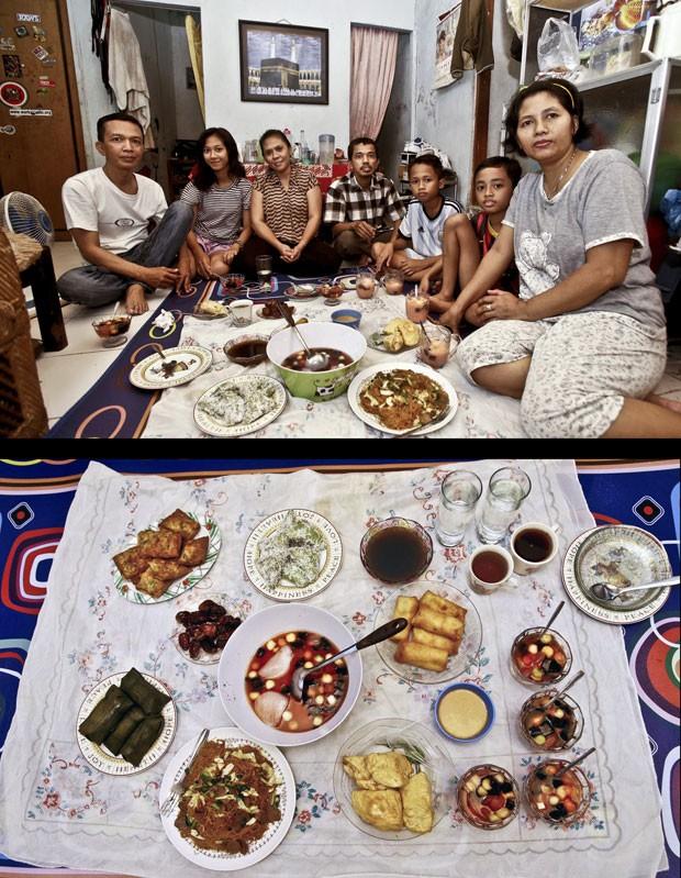 Imam Siswanto (esq.) posa com sua família antes do Iftar em Jacarta, na Indonésia (Foto: Achmad Ibrahim/AP)