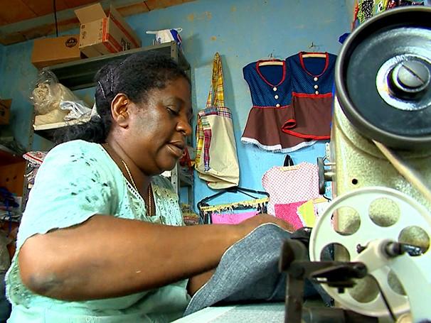 Com a renda do Projeto Tear, dona Maria já conseguiu comprar uma máquina de costura nova (Foto: Globo)