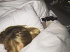 Pato posta foto e mostra Fiorella Mattheis dormindo na cama com cão