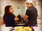 Lívian Aragão cozinha com o namorado, Nicolas Prattes
