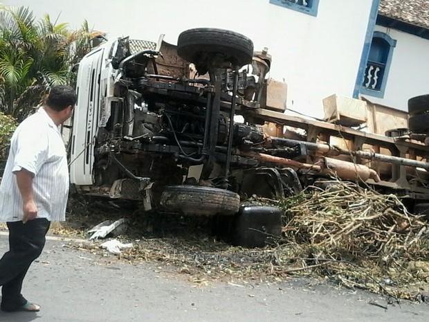 Caminhão virou ao lado de igreja em Itapecerica (Foto: Hudson Douglas/Arquivo pessoal)