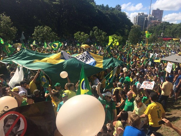Protesto em Porto Alegre contra a presidente Dilma Rousseff e o ex-presidente Lula neste domingo (13) (Foto: Igor Grossmann/G1)