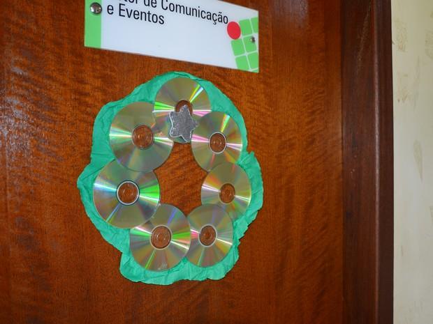 Guirlandas de CD's arranhados enfeitam as portas das salas (Foto: Divulgação/IFTO)