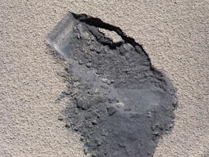 Solo de onde o Curiosity retirou a amostra analisada (Foto: NASA/JPL-Caltech/MSSS)