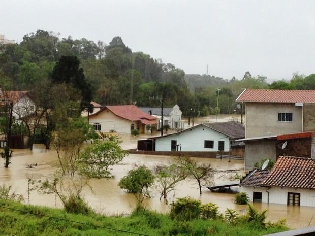 Casas ficaram alagadas em Rio do Sul (Foto: Sérgio Guimarães/RBS TV)