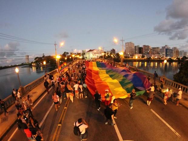 Manifestantes fecham Ponte Princesa Isabel, com uma bandeira gigante do movimento (Foto: Aldo Carneiro/Pernambuco Press)