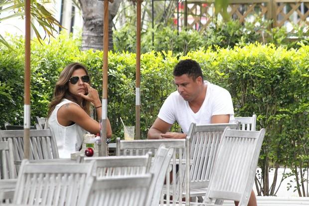 Ronaldo almoça com a namorada em restaurante da Barra (Foto: Delson Silva / AgNews)