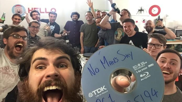 A equipe da produtora Hello Games comemora na foto o momento em que No Mans Sky foi a Gold (Foto: Reprodução/Twitter)