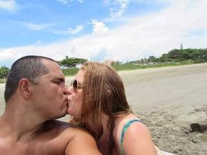 Paulo e Cintia frequentam a praia onde se conheceram, em Itanhaém (Foto: Arquivo Pessoal)
