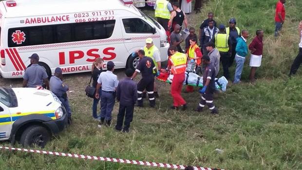 Foto divulgada por equipe de resgate mostra atendimento no local do acidente com táxi e trem na África do Sul (Foto: Reprodução/Facebook/IPSS Rescue)