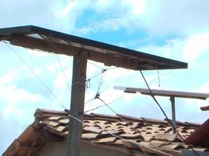 Placa solar que Manoel instalou na casa dele na Bahia (Foto: Imagens/Tv Sudoeste)