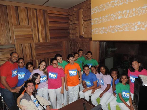 Integrantes do coral Pró-criança junto com os professores (Foto: Katherine Coutinho / G1)