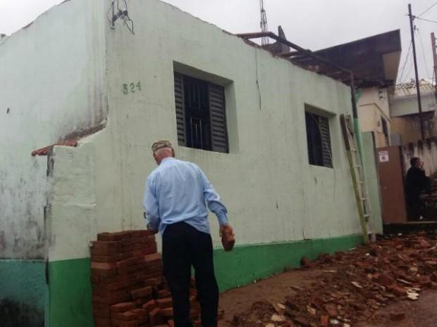 Força do vento destelhou casas em Jundiaí (Foto: Adilton Garcia/Arquivo Pessoal)