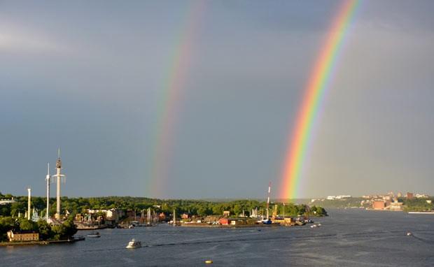 Arco-íris duplo é fotografado na capital da Suécia nesta sexta-feira (14) (Foto: AP/Scanpix Sweden/Johan Nilsson)