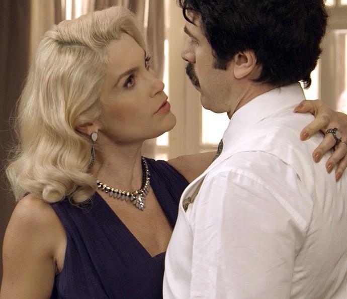 Sandra é ameaçada por Ernesto (Foto: TV Globo)