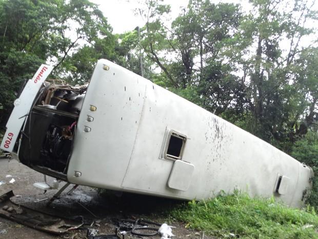 Ônibus tombou e caiu na entrepista da rodovia Anchieta (Foto: Roberto Strauss/Arquivo Pessoal)