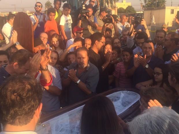 Corpo de José Gomes da Rocha (PTB) é aplaudido durante enterro em Itumbiara Goiás (Foto: Murillo Velasco/G1)