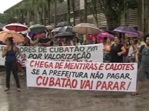 Servidores protestaram em frente à prefeitura de Cubatão (Foto: Reprodução / TV Tribuna)