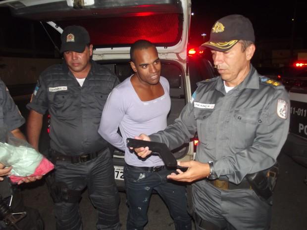 Tenente-coronel Rui França segura a arma apreendida com o acusado (Foto: Rildo Herrera / Inter TV)
