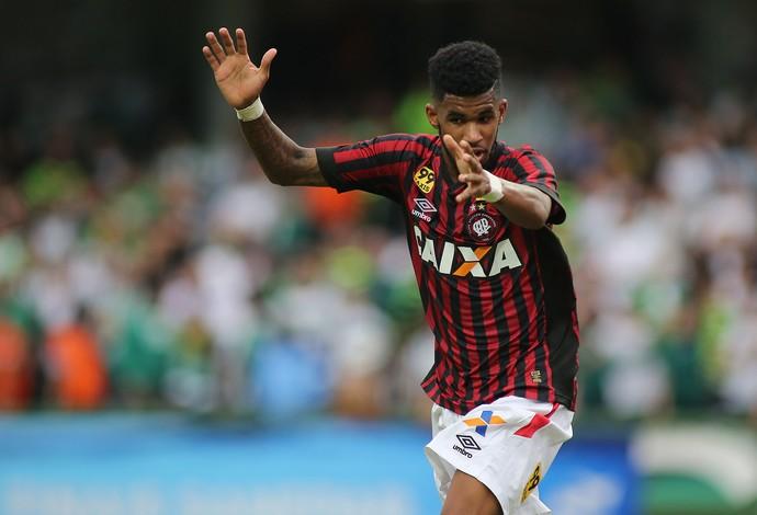 ewandro atlético-pr atletiba gol paranaense (Foto: Giuliano Gomes/PR Press)