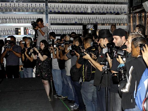 Imprensa de todo o mundo tumultuada (Foto: Celso Tavares/ EGO)