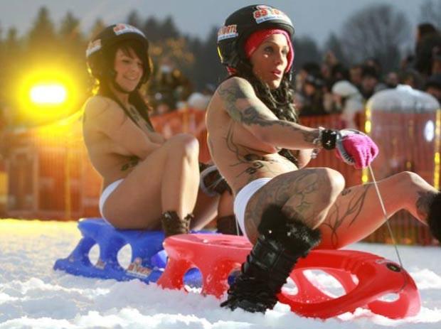 Em fevereiro, mulheres e homens seminus participaram de um campeonato de luge (trenó na neve) em Braunlage, na Alemanha. Pelo regulamento, os competidores só puderam usar capacetes, sapatos e roupa de baixo.  (Foto: AFP)