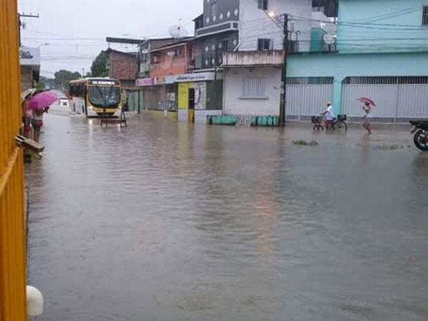 Avenida Piracicaba, em Jardim São Paulo, está submersa (Foto: Gernelle Vasconcelos / Enviada pelo Whatsapp)