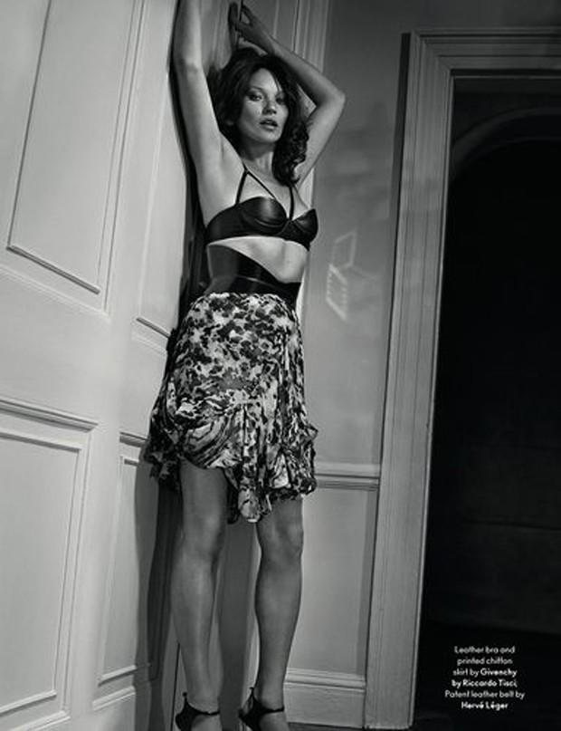 Kate Moss posa morena e com os seios à mostra