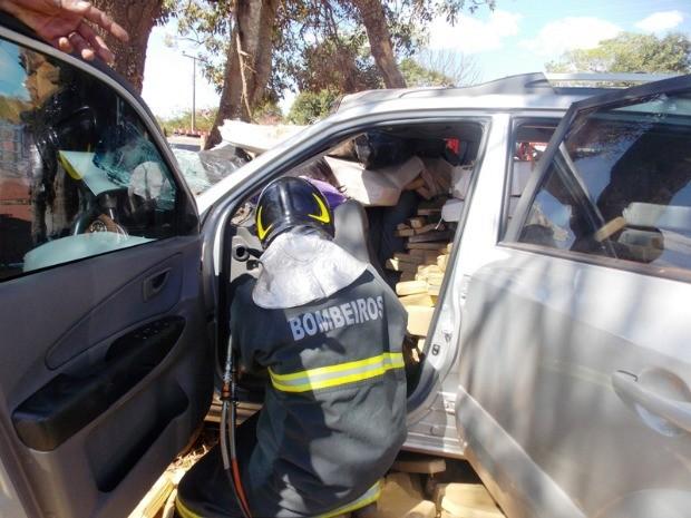 Homem morre após colidir carro com drogas em árvore (Foto: Tiago Apolinário/Da Hora Bataguassu)