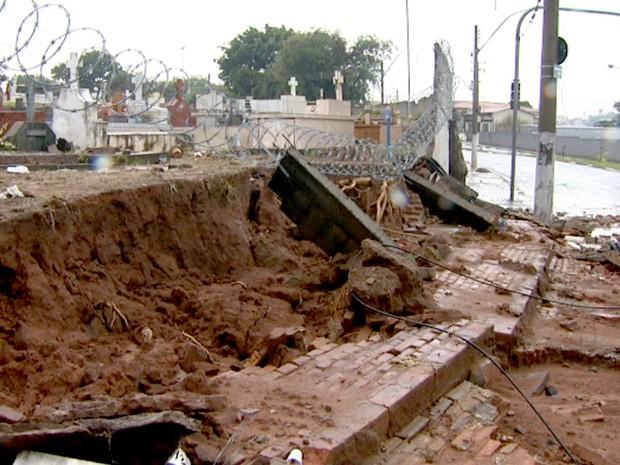 Parte do muro do Cemitério da Saudade desaba após forte chuva em Campinas (Foto: Reprodução/EPTV)