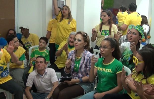 Família Gaspar e amigos reunidos para torcer pela Seleção Brasileira contra Camarões (Foto: Marina Ribeiro/ÉPOCA)