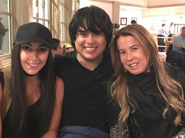 Zilu com o filho Igor Camargo e a mulher, Amabylle Eiroa, em restaurante em Orlando, nos Estados Unidos (Foto: Instagram/ Reprodução)