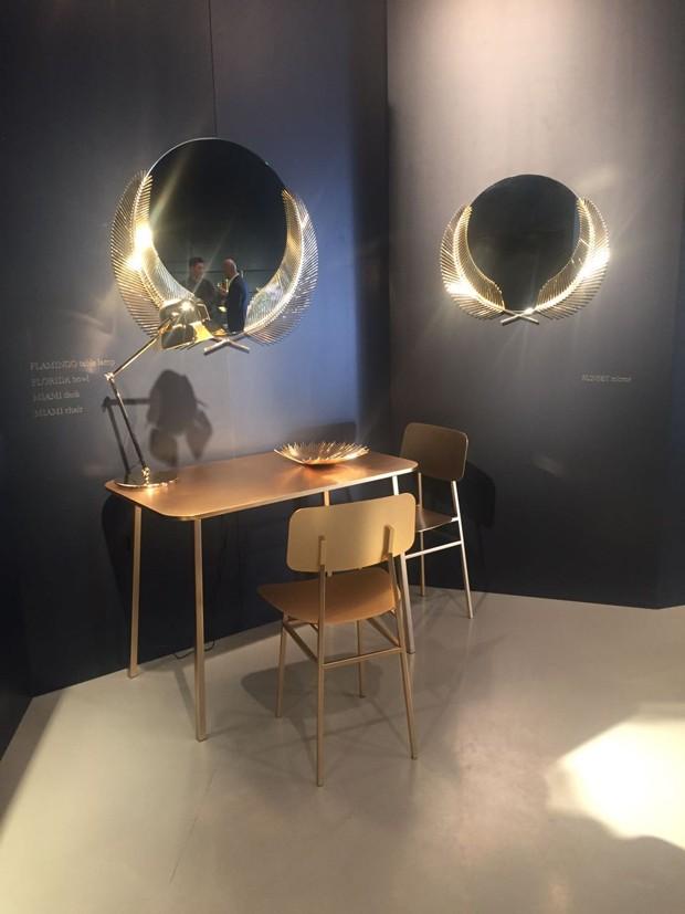 Mesa e cadeira Miami, e espelho Sunset, que traz a forma de folhas de palmeiras nas laterais, todos desenhados por Nika Zupanc (Foto: Thais Lauton/Editora Globo)