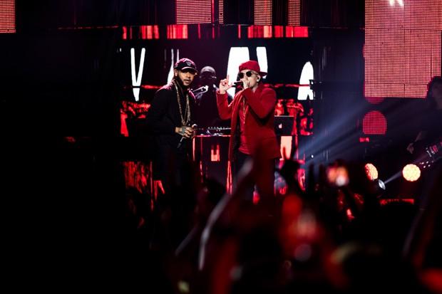 Emicida e MC Guimê se apresentam na gravação do DVD '10 Anos de Triunfo' (Foto: José de Holanda)
