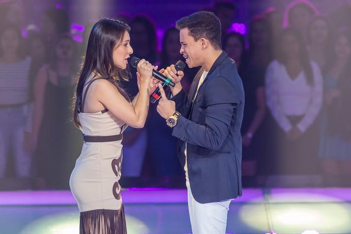 Lariani Acevedo e Luan Douglas batalham no palco do 'The Voice Brasil' (Foto: Artur Meninea/Gshow)