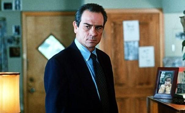 Mark (Tommy Lee Jones) fará de tudo para encontrar o suspeito por dois assassinatos em Nova York  (Foto: Divulgação / Reprodução)